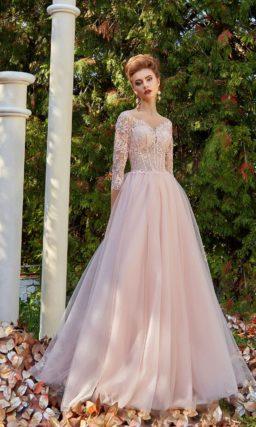 Розовое вечернее платье с рукавом три четверти и V-образными вырезами на лифе и сзади.