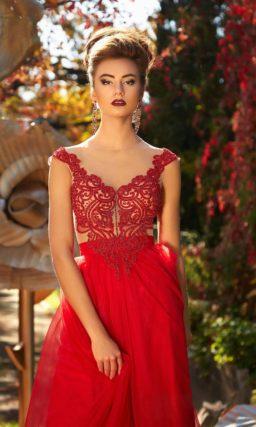Алое вечернее платье прямого кроя с кружевной отделкой верха на подкладке в тон кожи.