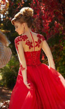 Алое вечернее платье с прозрачным рукавом с кружевом и пышной многослойной юбкой.