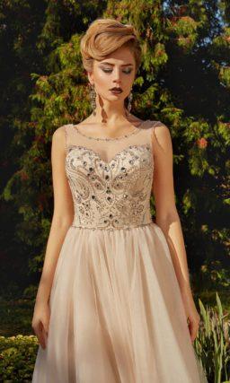 Кремовое вечернее платье с пышной юбкой и романтичной бисерной вышивкой по верху.