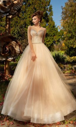 Бежевое вечернее платье пышного силуэта с роскошной сверкающей вышивкой по лифу.