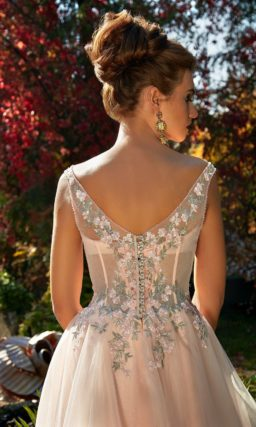 Персиковое вечернее платье с элегантным верхом и романтичными цветочными аппликациями.