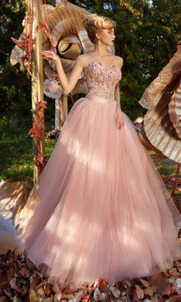 Вечернее платье розового цвета с объемной отделкой корсета и пышным подолом.
