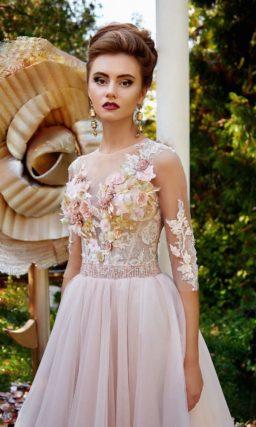 Розовое вечернее платье с прозрачным рукавом, объемным декором и многослойным низом.