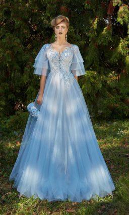 Голубое вечернее платье пышного кроя с кружевным декором и многоярусными рукавами.