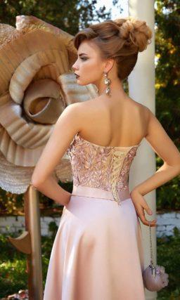 Атласное вечернее платье розового цвета с соблазнительным открытым вырезом декольте.
