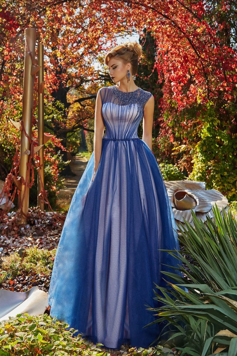Вечернее платье на белой подкладке с синим верхом, украшенное вышивкой по лифу.