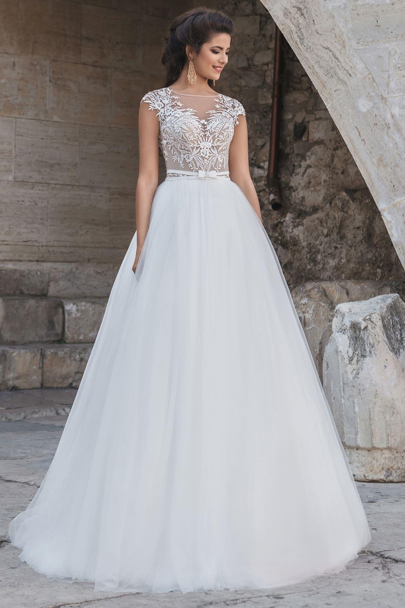 748fbbf9b8c Романтичное свадебное платье с многослойной юбкой и полупрозрачным лифом  без рукава.