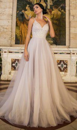 Нежное свадебное платье с открытым бисерным корсетом и многослойной юбкой.