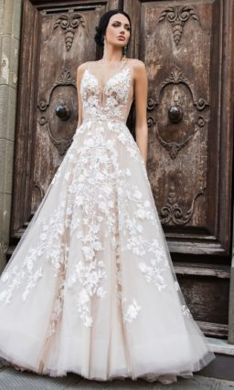 Свадебное платье с очаровательной многослойной юбкой и тонким лифом с аппликациями.