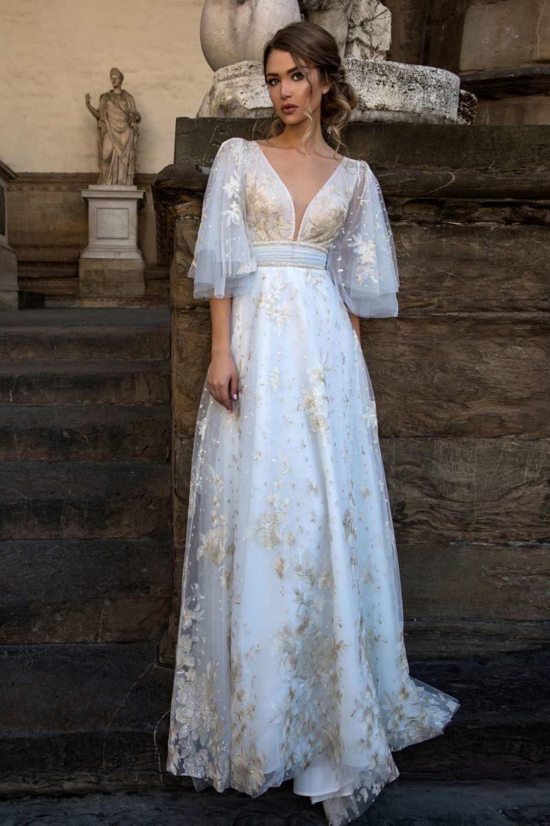 Прямое свадебное платье с широкими рукавами из тонкой ткани и кремовым кружевом.