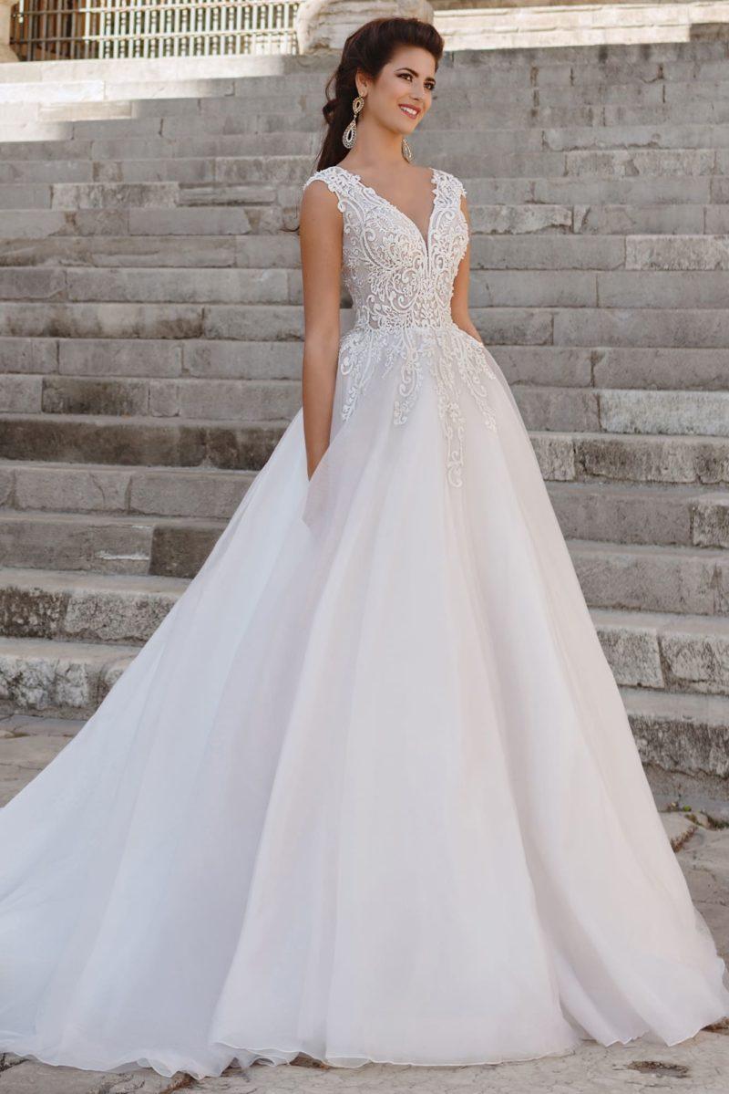 Торжественное свадебное платье с элегантным кружевным лифом с V-образным вырезом.