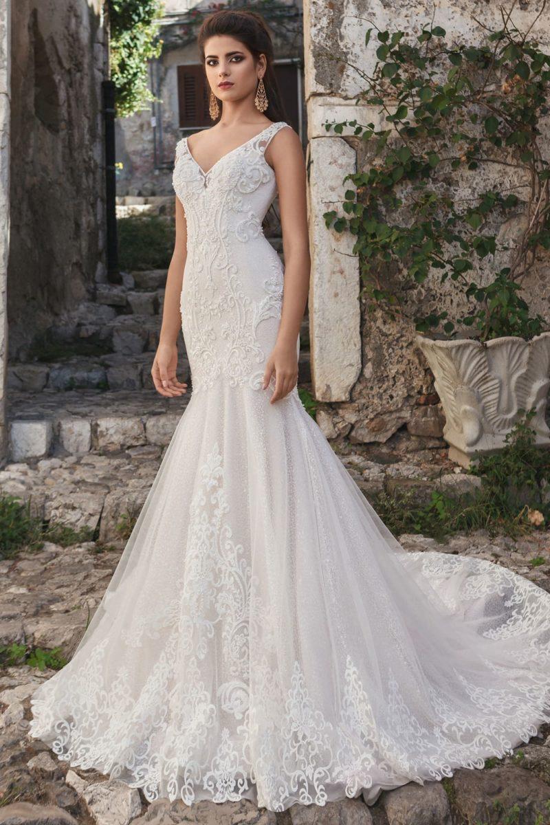 Кружевное свадебное платье с облегающим силуэтом «русалка» и V-образным вырезом.