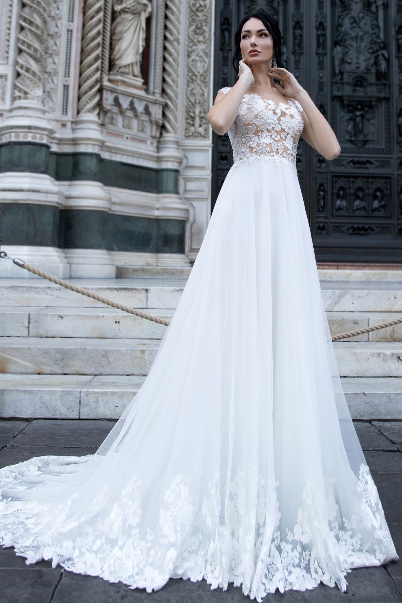 Прямое свадебное платье с полупрозрачным лифом с коротким кружевным рукавом.