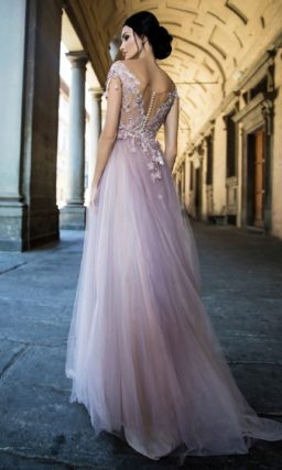 Розовое свадебное платье с объемной отделкой и легкой многослойной юбкой.