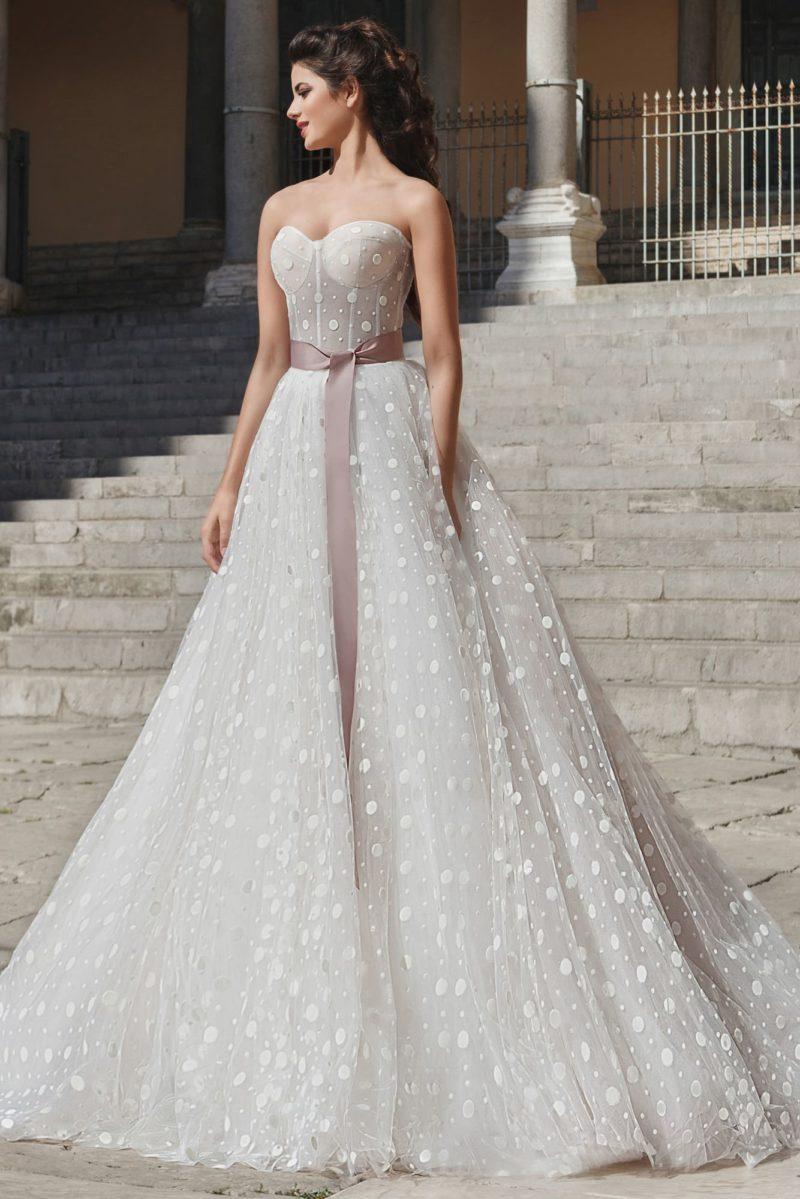 Пышное свадебное платье с женственным лифом и широким розовым поясом из атласа.
