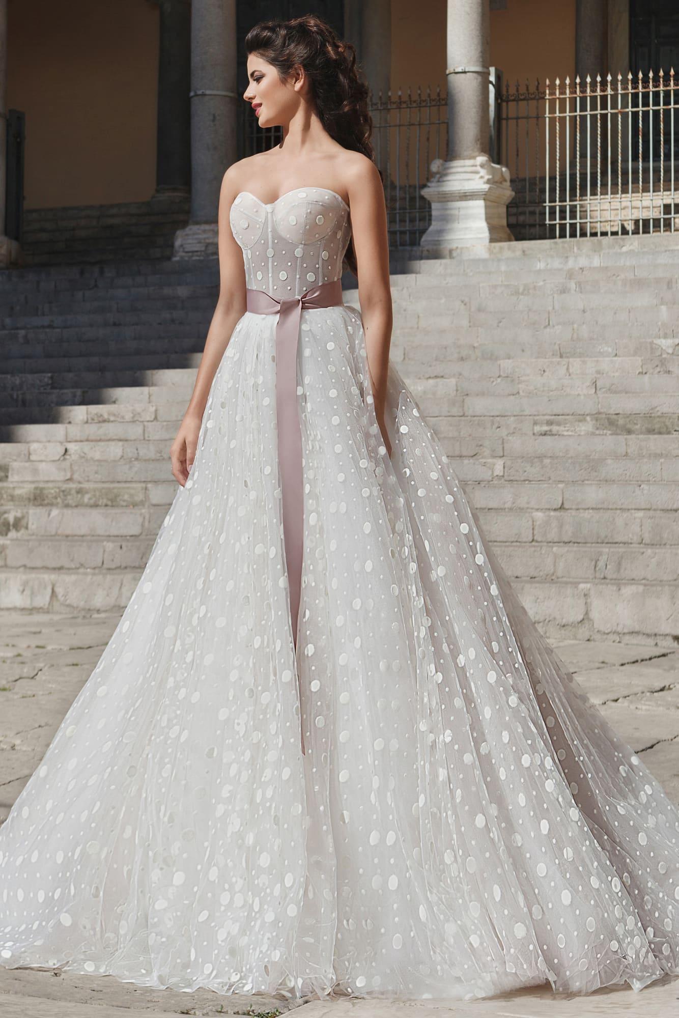 3528668012a Пышное свадебное платье с женственным лифом и широким розовым поясом из  атласа.