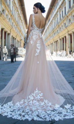 Свадебное платье в светло-бежевом оттенке
