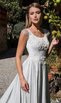 Фактурное свадебное платье с элегантным верхом и торжественным шлейфом сзади.