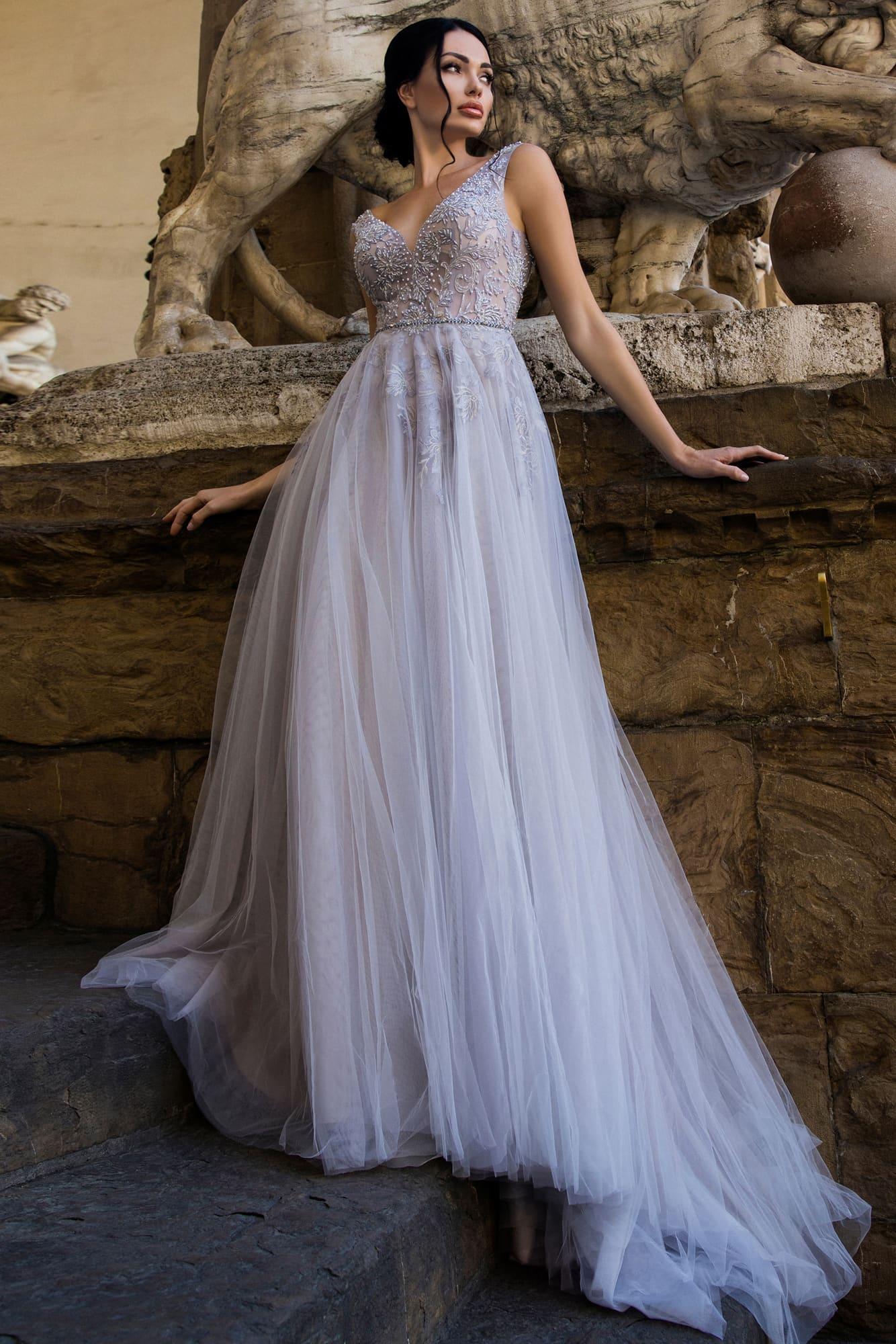 Голубое свадебное платье с легкими складками по юбке и бисерным декором лифа.