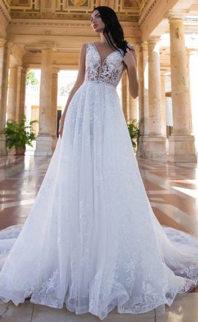 Чарующее свадебное платье с полупрозрачным лифом с глубоким V-образным декольте.