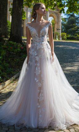 Пышное свадебное платье с V-образным декольте и оригинальной отделкой лифа.