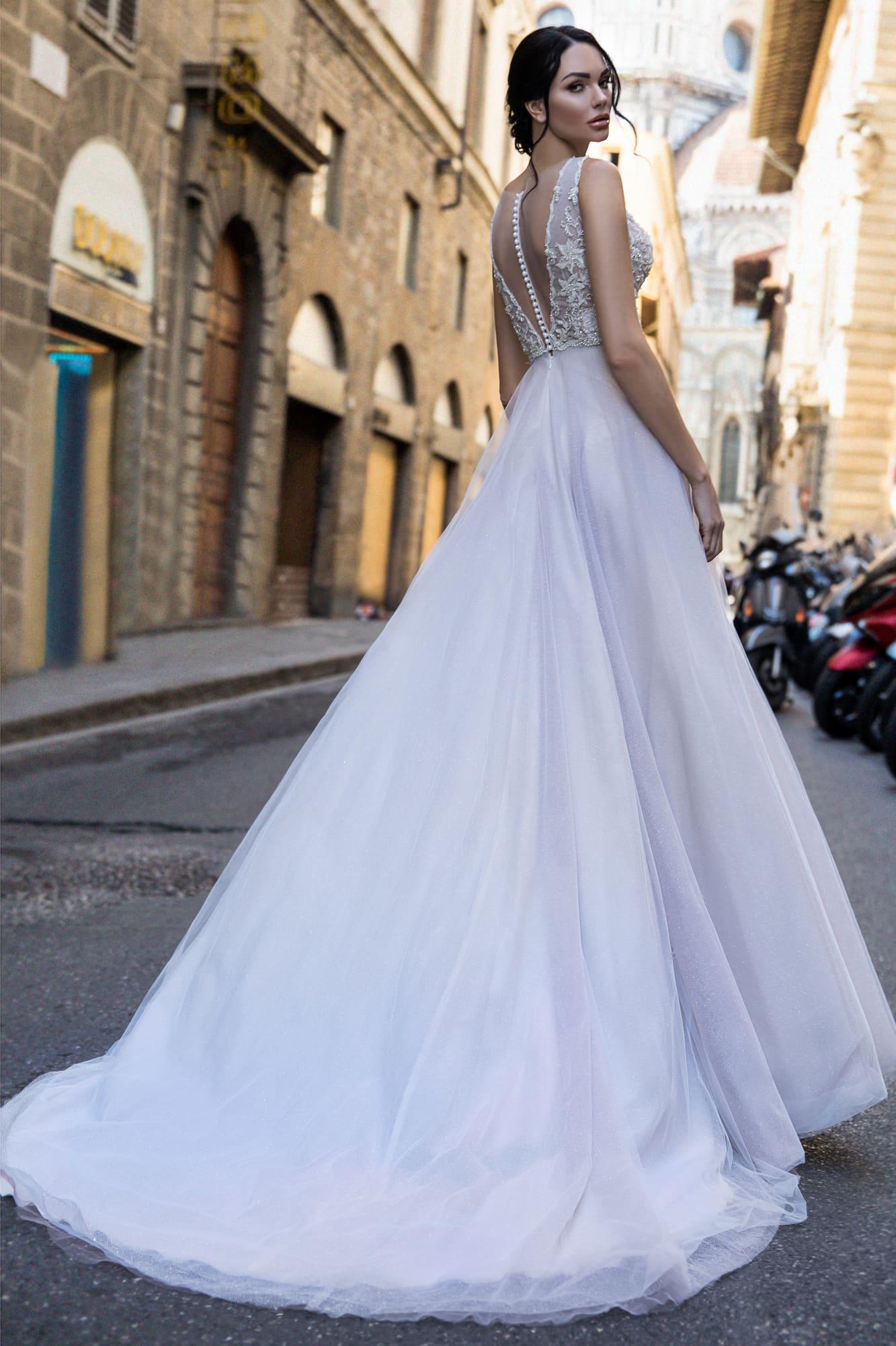 Прямое свадебное платье с соблазнительным лифом с бисерным декором и вырезом.