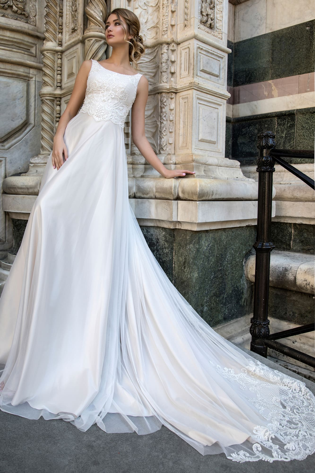 Лаконичное свадебное платье с кружевным лифом и слегка завышенной талией.