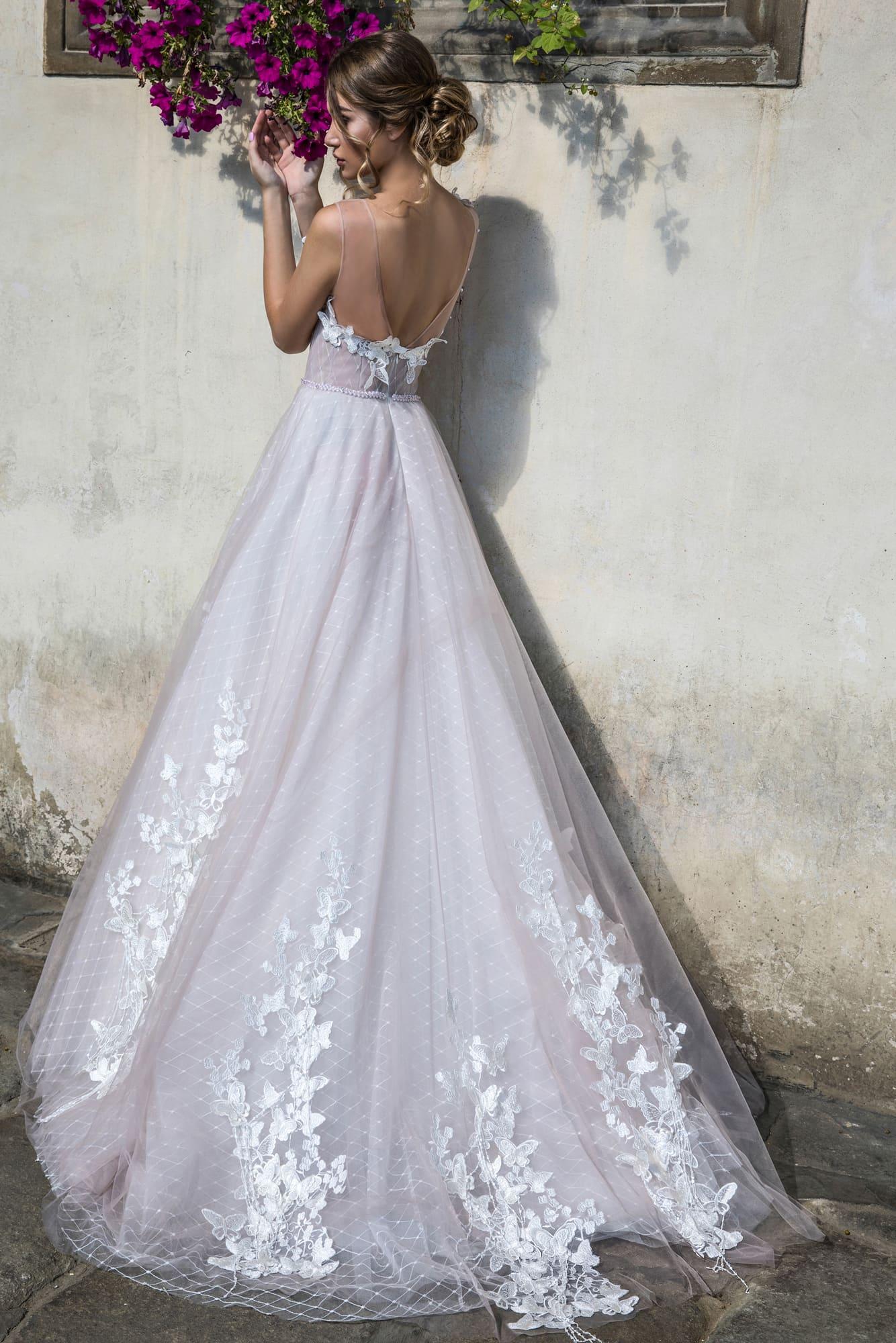 Пышное свадебное платье с открытым лифом с оригинальной объемной отделкой.