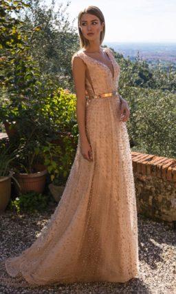 Персиковое платье с отделкой