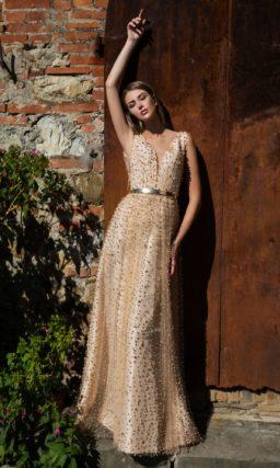 Персиковое свадебное платье с бисерной отделкой по всей длине и глубоким декольте.