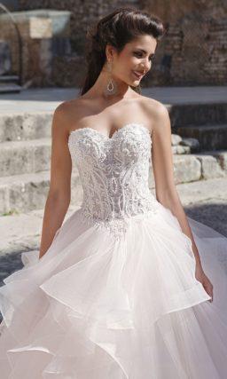 Пышное расшитое платье