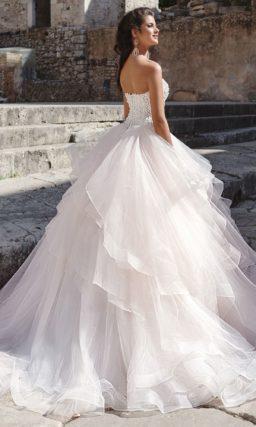 Очаровательное свадебное платье с многоярусной юбкой и открытым корсетом с вышивкой.