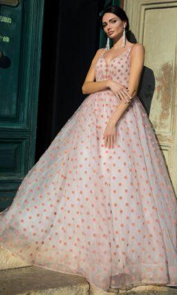 Кокетливое свадебное платье пышного силуэта с рисунком в горошек и цветным поясом.