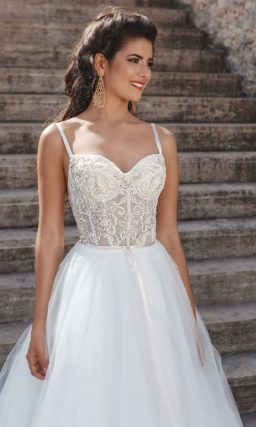 Классическое свадебное платье с открытым кружевным корсетом на тонких бретелях.