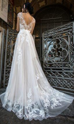 Кружевное свадебное платье с прямой полупрозрачной юбкой и закрытым лифом.