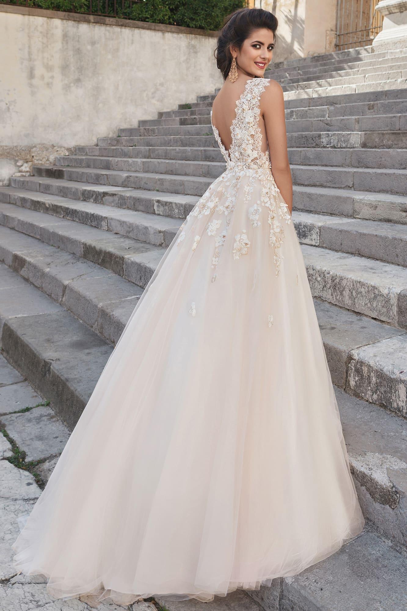 Женственное свадебное платье с пышным силуэтом и цветочным декором по корсету.