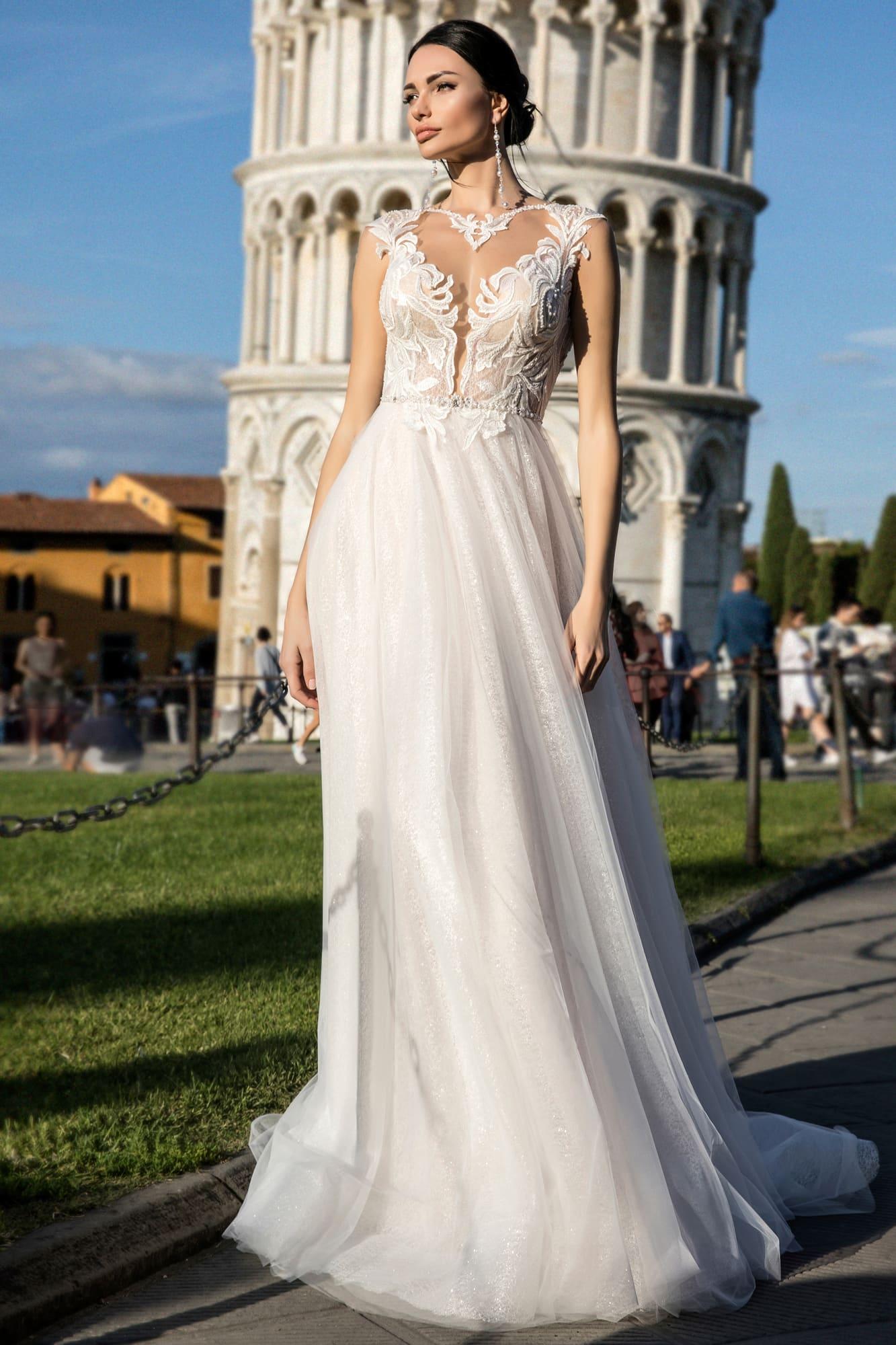 Прямое свадебное платье с глубоким фигурным вырезом, украшенным кружевом.