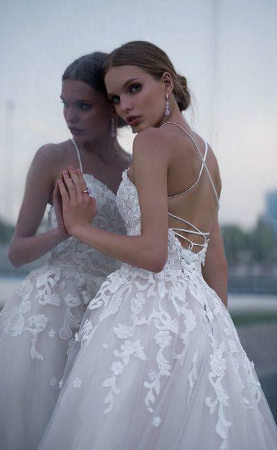 Пышное свадебное платье с открытым лифом, украшенное кружевом по верху.