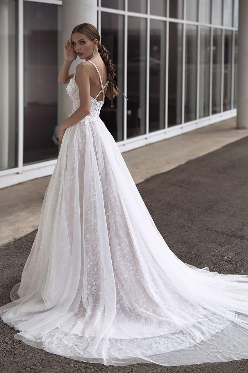 Свадебное платье с открытым верхом на бретельках и очаровательным шлейфом.