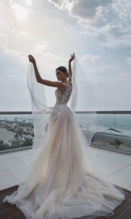 Свадебное платье с пышной верхней юбкой и роскошной отделкой из кружевной ткани.