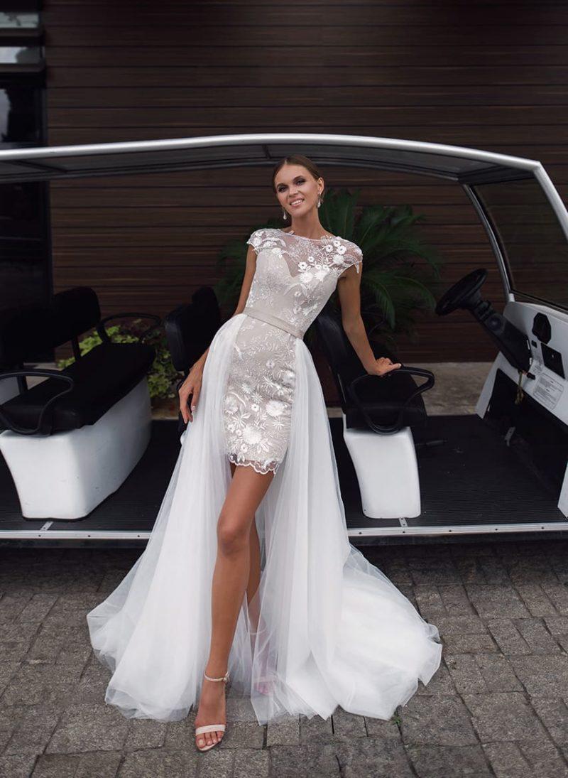 Свадебное платье с пышной верхней юбкой и элегантным коротким рукавом.
