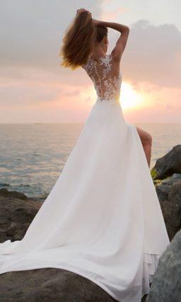 Прямое свадебное платье с тонким кружевным верхом и разрезом по подолу.