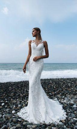Облегающее свадебное платье с кружевной отделкой по всей длине и роскошным шлейфом.
