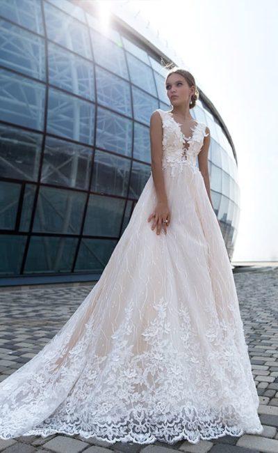 Свадебное платье с чувственной кружевной отделкой и пудровой подкладкой.