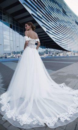 Романтичное свадебное платье с двойными бретельками и роскошным шлейфом.