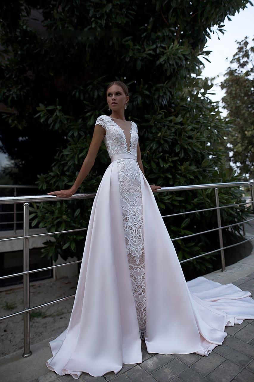 2a3c22647a083c Стильное свадебное платье с роскошной верхней юбкой и кружевным верхом.