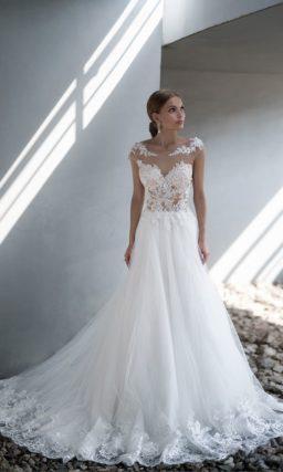 Свадебное платье с кружевным декором верха на пудровой подкладке.