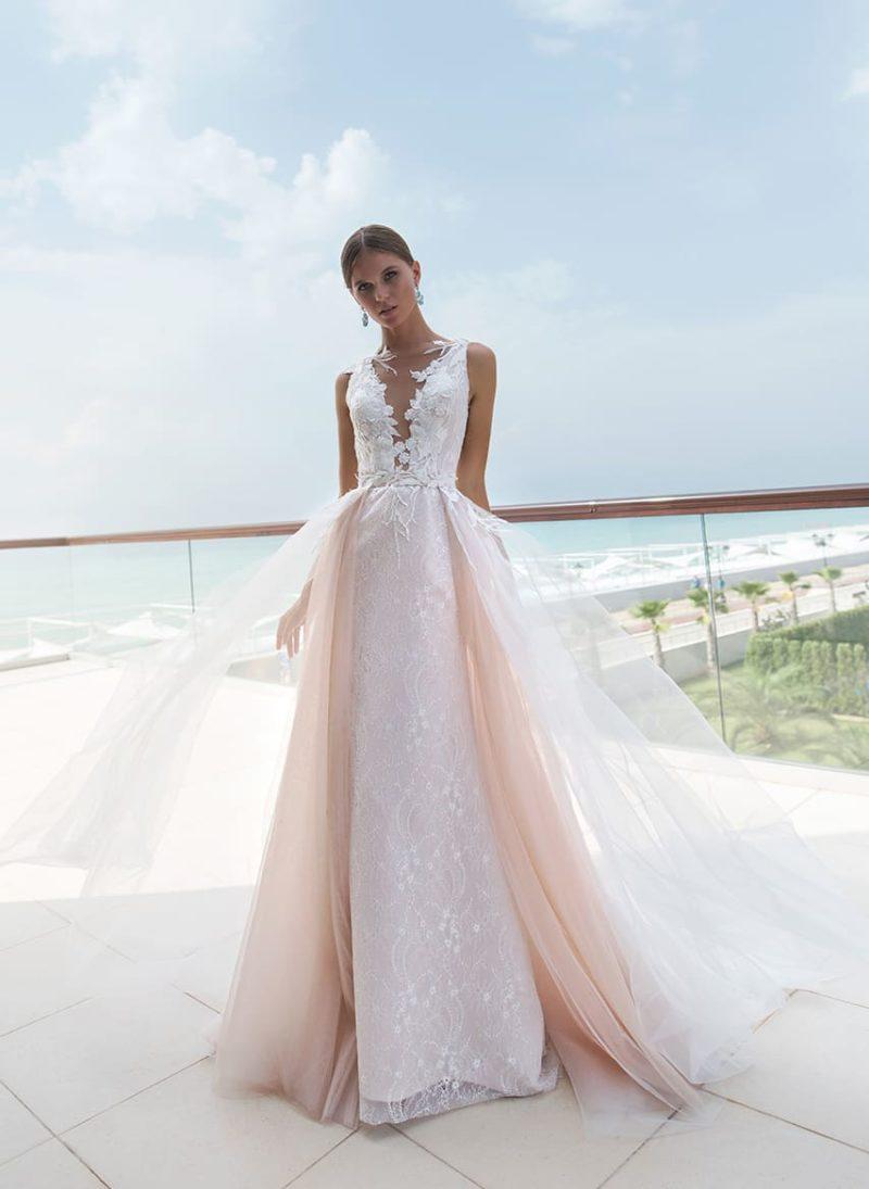 Облегающее свадебное платье с розовой верхней юбкой и прозрачной спинкой.