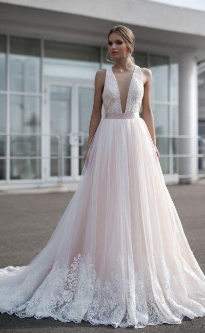 Розовое свадебное платье с воздушной юбкой и широким поясом.